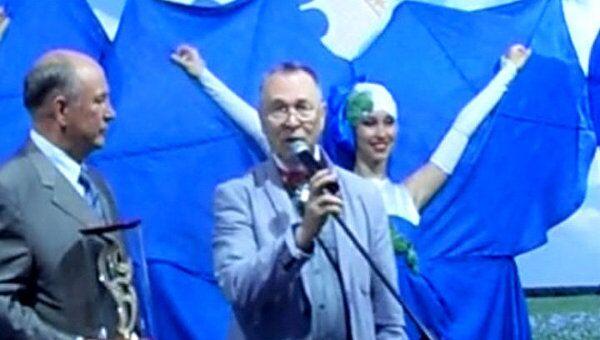 Вячеславу Зайцеву подарили серебряное лекало на выставке льна в Вологде
