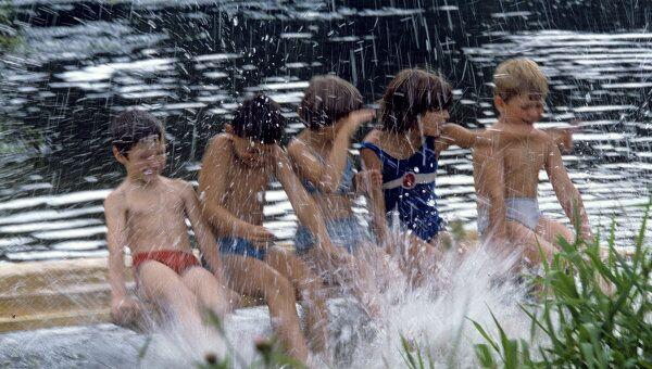 Дети во время купания в реке