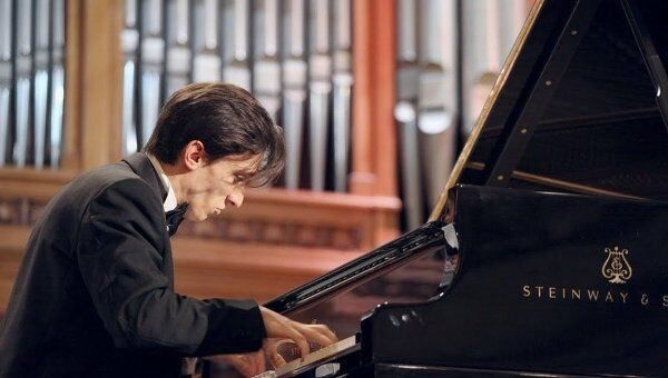 Пианист Александр Романовский