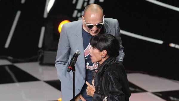 Председатель жюри актриса Джеральдина Чаплин вручает спецприз жюри ММКФ за фильм Шапито-шоу режиссеру Сергею Лобану