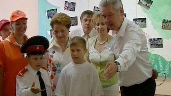 Школьники спели Собянину о дружбе и показали детский лагерь будущего