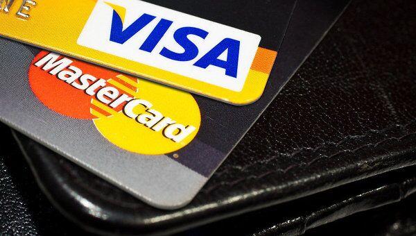 Карты Visa и Mastercard. Архивное фото