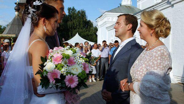 Д.Медведев и С.Медведева беседуют с молодоженами