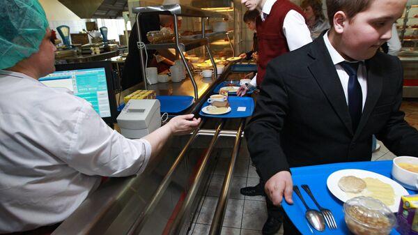 Московские школьники начали расплачиваться за обеды электронными картами
