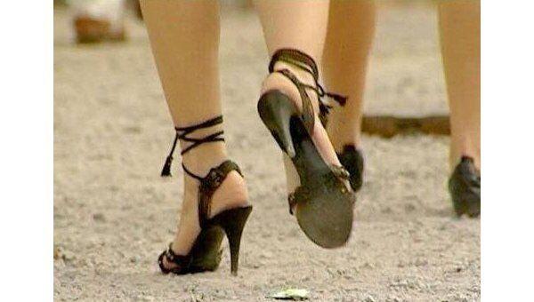 Прощайте, каблуки. Как столичные модницы «платят» за новую тротуарную плитку