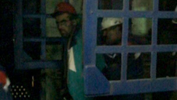 Спасенный горняк Северной вышел из шахты, закрываясь от фотокамер