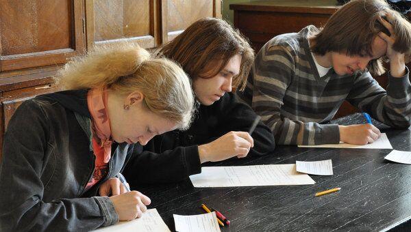 Сдача экзаменов студентами