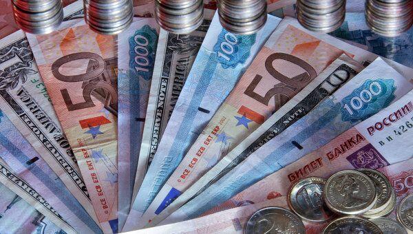Рубль ослабнет к доллару, но подрастет к евро, полагают аналитики