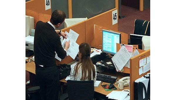 Российский рынок акций умеренно растет к середине четверга