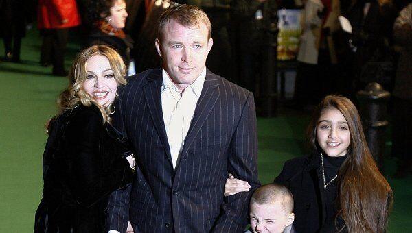 Мадонна и Гай Ричи с детьми Лурдес и Рокко на премьере фильма в Лондоне