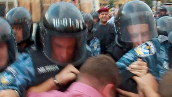 Сторонники Тимошенко пытались прорвать оцепление милиции у здания суда