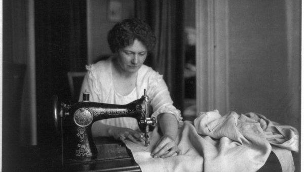 Женщина за швейной машинкой Зингер (Singer). Фото датировано 1917-1918 годами.