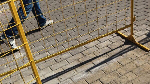 Тротуарная плитка, нарисованная на бетоне на улицах Москвы