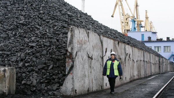 Отгрузка уголя в порту для транспортировки морем. Архив