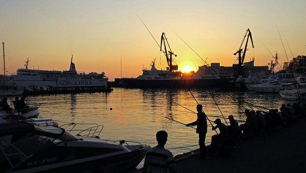Рыбалка в морском порту в Сочи