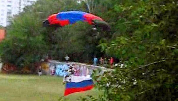 Парашюты в цветах триколора украсили Краснодар в День флага