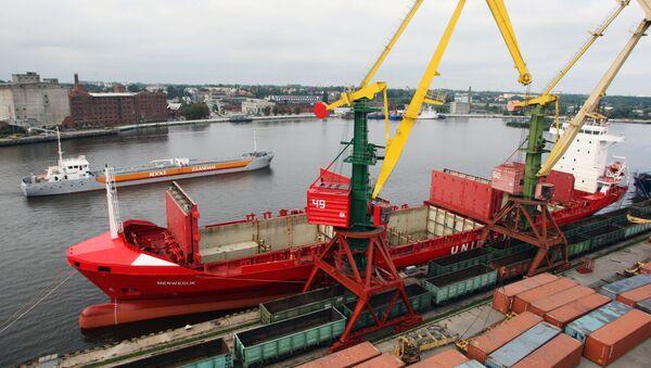 Работа морского торгового порта. Архивное фото