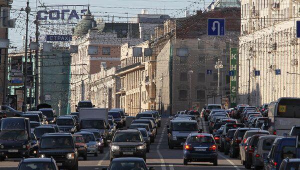 Движение автомобилей на Тверской улице. Архив