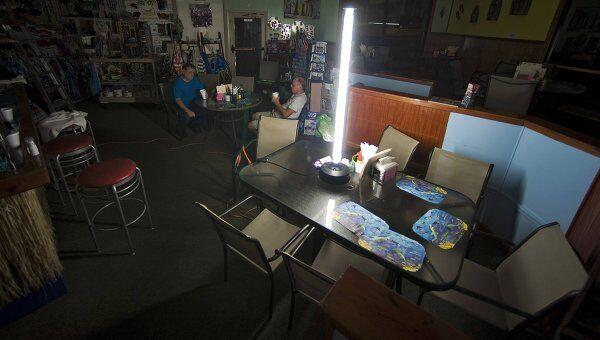 Люди остались без света из-за шторма Айрин в Северной Каролине