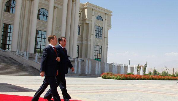Церемония официальной встречи Дмитрия Медведева у Дворца Наций в Душанб