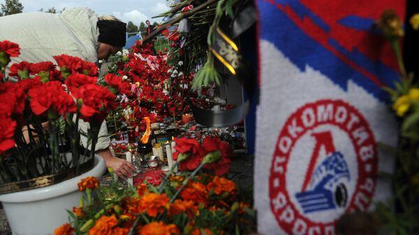 Цветы и свечи в память о погибших хоккеистах ярославского Локомотива