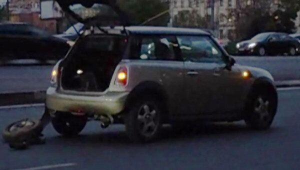 Мотоцикл и  MINI Cooper столкнулись на улице Серафимовича в Москве