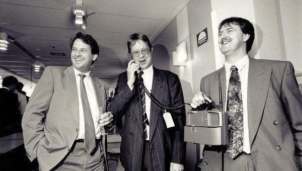 Первый звонок в первой коммерческой сети GSM оператора Televerket в Швеции 1 июля 1991 года. Слева - старший вице-президент Ericsson по продажам и маркетингу Ян Вареби, в центре – глава  Televerket Янг Затерсторм (Yngve Zetterström)
