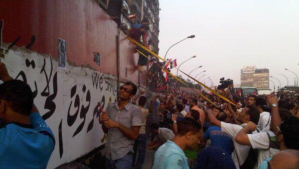 Демонстранты разрушили часть стены у посольства Израиля в Каире