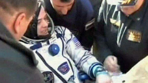Космонавтов вынесли на руках из приземлившейся капсулы Союза ТМА-21