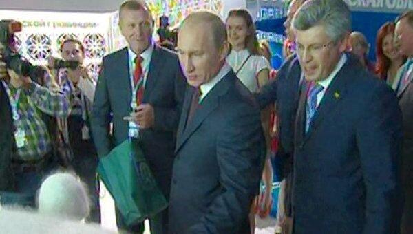 Путину на инвестфоруме в Сочи подарили пуховую шапочку и позвали в Урюпинск