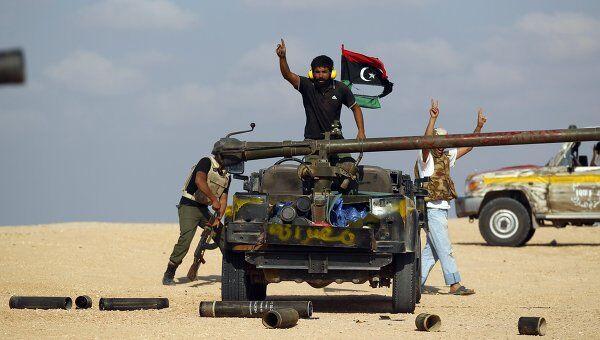 Ливийские повстанцы близ города Сирта