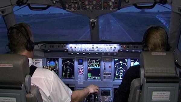 Летчики пилотируют Sukhoi Superjet 100, не поднимаясь в небо