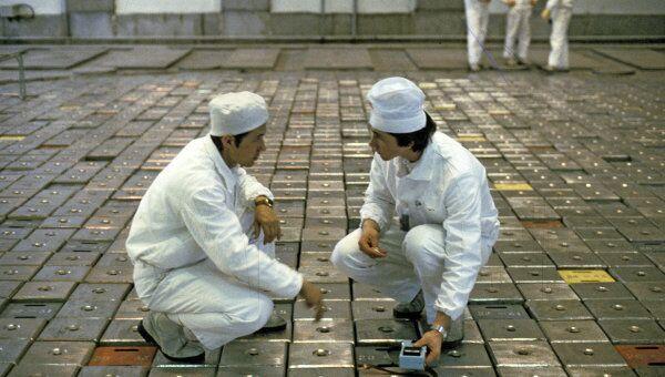 Дозиметристы на крышке ядерного реактора. Архивное фото
