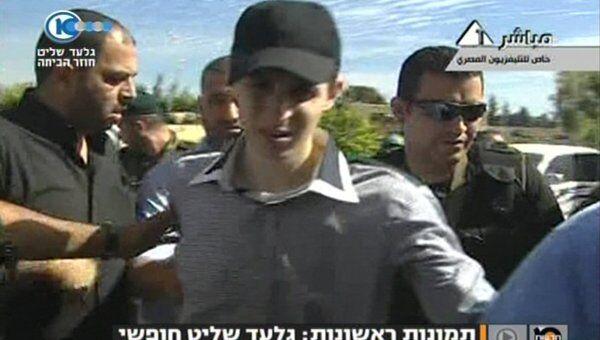 Видеокадр израильского телеканала Channel 10 с освобожденным Гиладом Шалитом