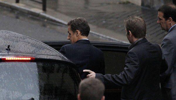 Николя Саркози по дороге в родильный дом Clinique de la Muette, где находится его жена