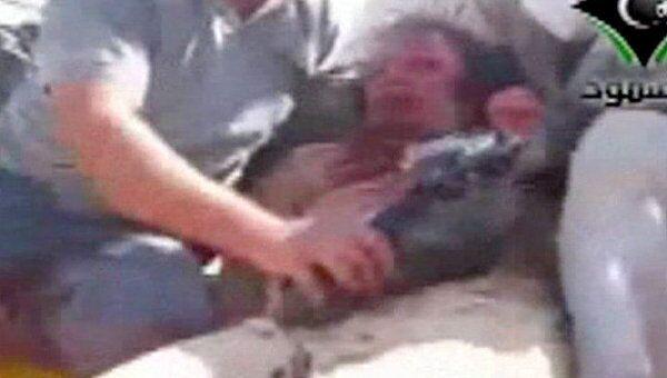 Последние кадры с еще живым Каддафи в окружении бойцов ПНС