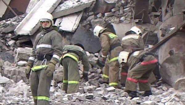 Спасатели разбирают завалы на месте взрыва в Брянской области