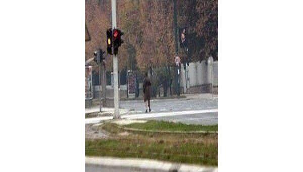 Кадр видеосъемки обстрела американского посольства в Сараево
