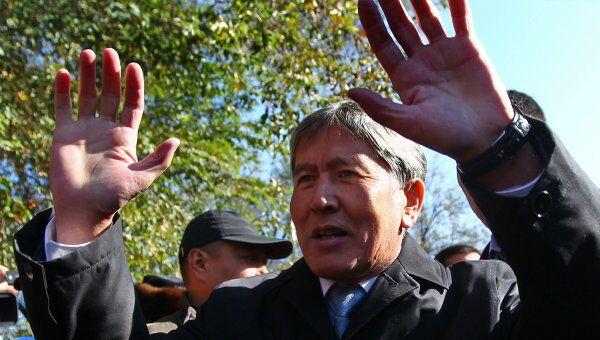 Кандидат в президенты Киргизии Алмазбек Атамбаев после голосования на одном из избирательных участков
