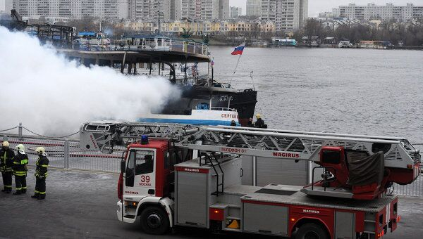 Пожар на борту загоревшегося в Москве трехпалубного теплохода Сергей Абрамов