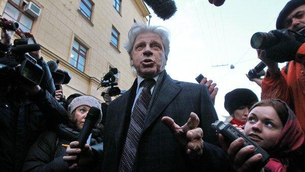 Адвокат Юрия Лужкова Генри Резник отвечает на вопросы журналистов у здания следственного департамента