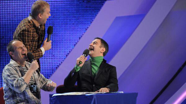 Телеведущий Михаил Шац, актер Сергей Светлаков и участник Comedy Club Гарик Мартиросян (слева направо) на юбилейной игре КВН