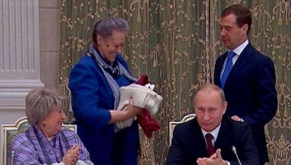 Медведеву и Путину подарили по комплекту зимней одежды