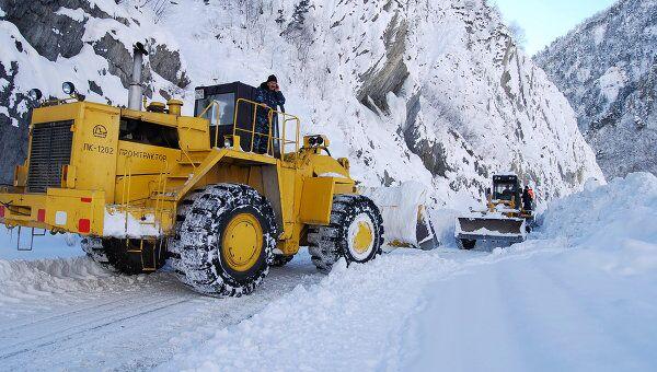 Специалисты расчистили перекрытую лавинами дорогу в Приэльбрусье