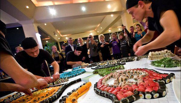Мастера японской кухни в Крыму выложили логотип Евро-2012 из суши