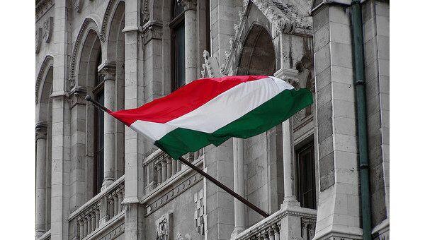 Флаг Венгрии на здании венгерского парламента