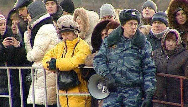 Полицейские с помощью шлюзов контролируют очередь к Поясу Богородицы