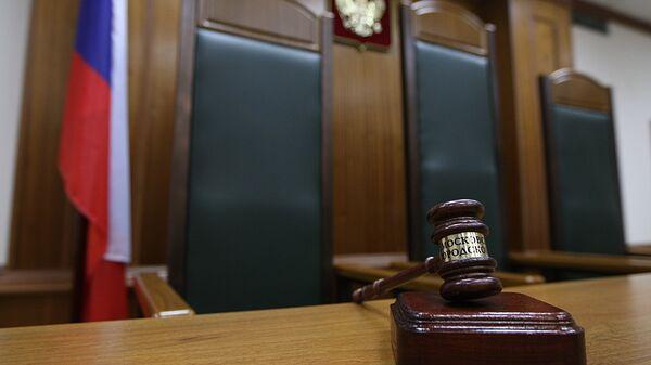 Кресло судьи в зале заседаний