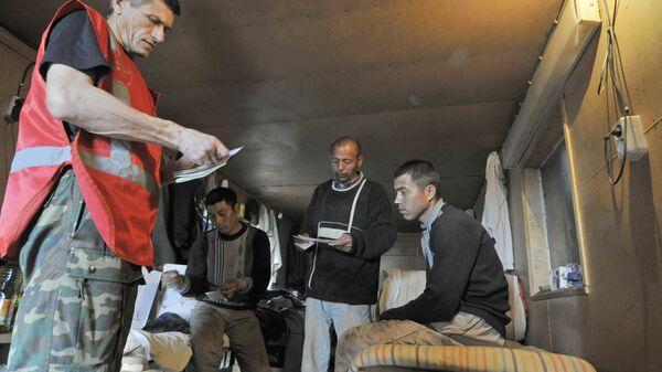 Сотрудники Федеральной миграционной службы проверяют документы у иностранных рабочих