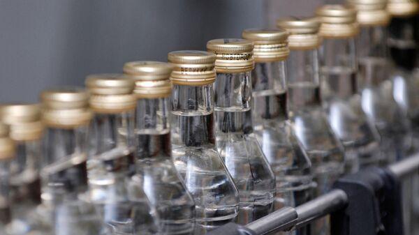 Конвейерная линия по производству водки. Архивное фото